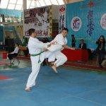 Поединок за выход в полуфинал между актауским бойцом Арсеном Цмиевым (слева) и его соперником из Атырау завершился победой хозяина соревнований.
