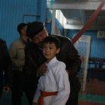 Родители подбадривают сына перед поединком. Отец верит в победу своего наследника, мама надеется, что он не получит травм.