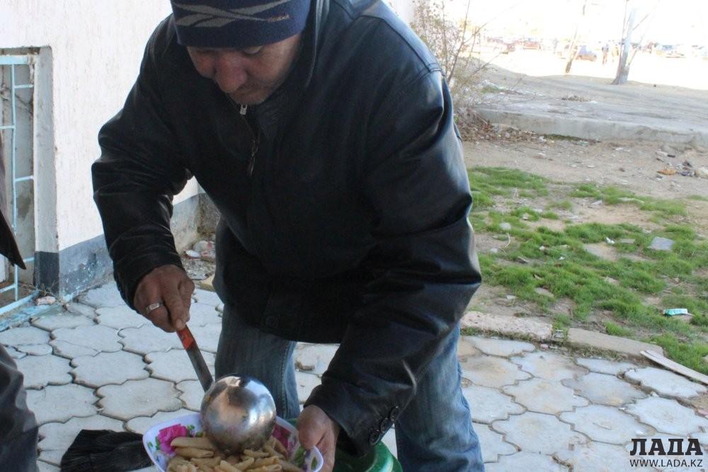 Общественный фонд «Адал» совместно с актаусцами продолжает кормить нуждающихся.
