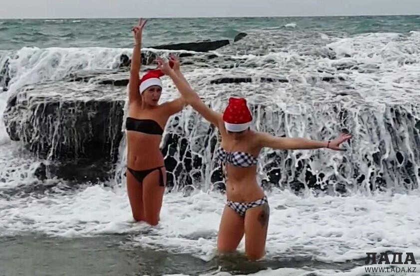 девки купаются на море