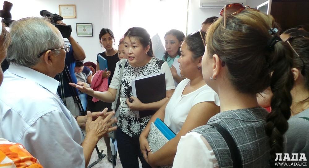 Не защитившие дипломные работы студенты Мангистауского гуманитарно  Представители приемной комиссии прибывшие из Министерства образования и науки РК уверены в другом дипломные работы
