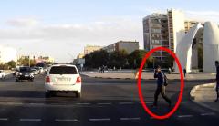 Очень деловой пешеход в Актау