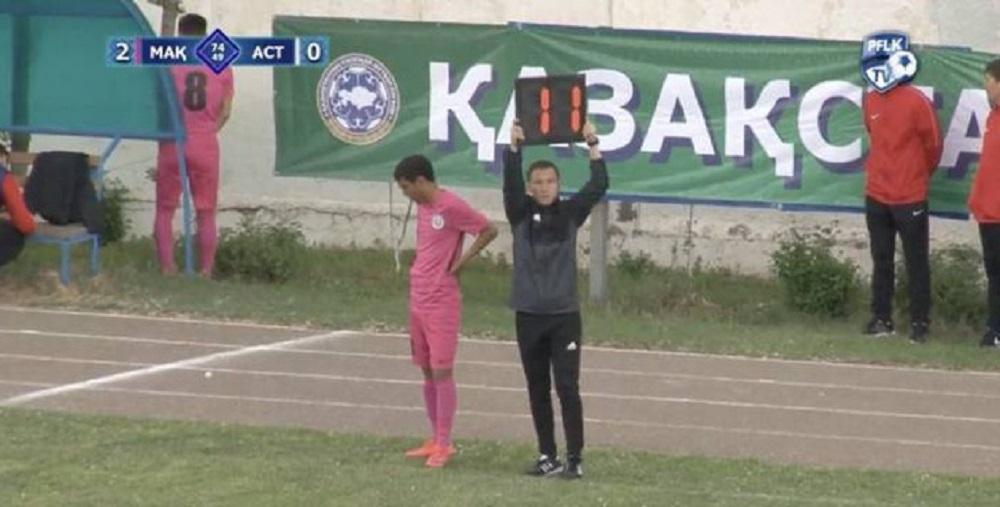 Казахстанский футболист сходил втуалет вовремя матча