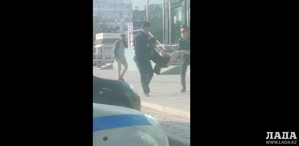 В Актау задержан мужчина в женской одежде (ВИДЕО)