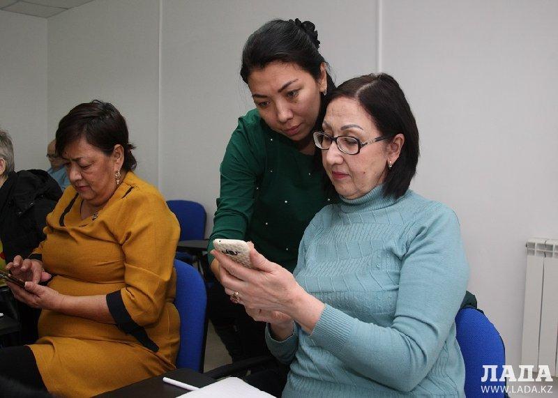 В Актау пенсионеров научили пользоваться приложениями в мобильных телефонах
