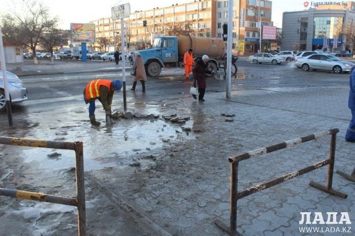 В 8 микрорайоне Актау произошел порыв трубы с питьевой водой