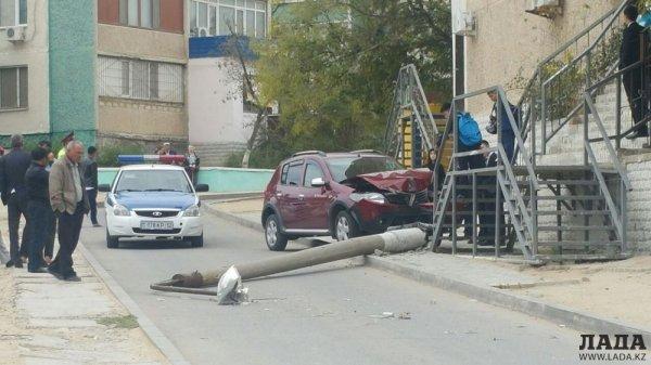 Очередной столб в Актау пострадал в ДТП