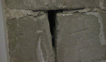 Жители 33 микрорайона Актау пожаловались на плесень и трещины в стенах новых домов