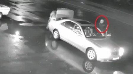 Дерзкий угон Mercedes S-класса из-под носа автовладельца сняли на видео