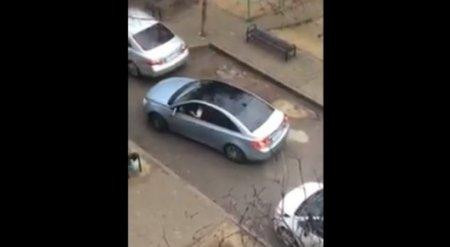 Паркующиеся в шымкентском дворе женщины стали объектом шуток