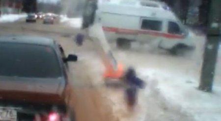 Шокирующее ДТП с участием скорой помощи попало на видео в России
