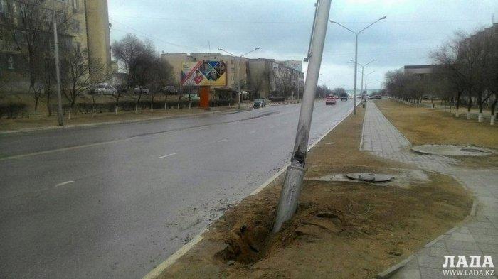 Совершивший ДТП между 14 и 15 микрорайонами Актау водитель восстановил поврежденный фонарный столб