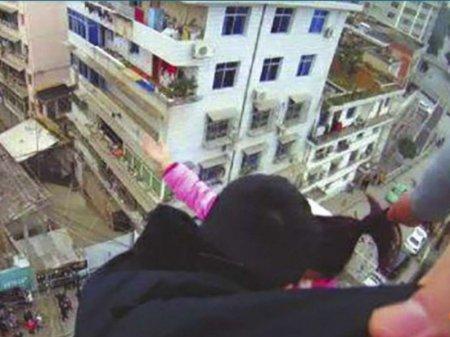 Китаец три минуты удерживал жену за волосы на 20-метровой высоте