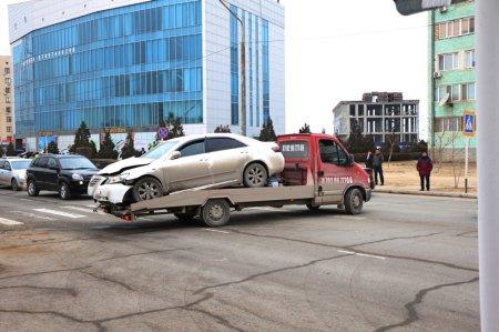 В Актау автомобиль Toyota Camry врезался в ограждение здания ДВД Мангистауской области