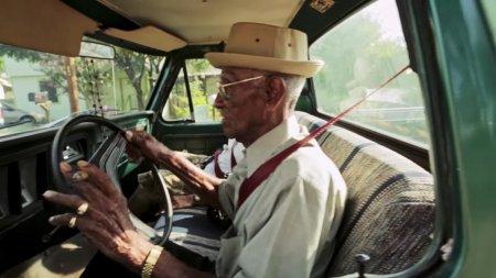 Водит пикап, курит сигары и пьёт виски: жизнь 110-летнего ветерана Второй мировой войны из США