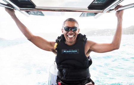Как отдыхают экс-президенты: Барак Обама катается на серфе с Ричардом Брэнсоном