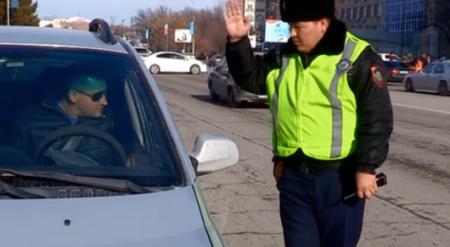 Шымкентского полицейского из трогательного видео наградят отгулом