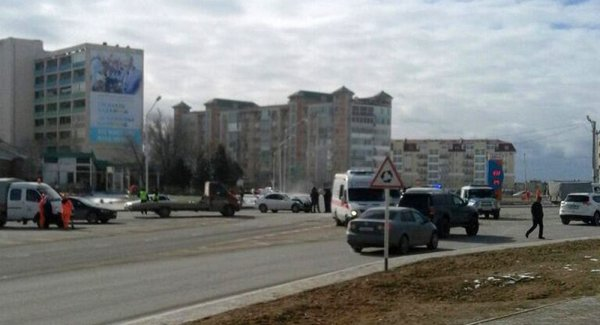 В центре Актау в результате ДТП опрокинулся внедорожник