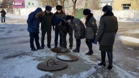 Парень с девушкой год живут в люке теплотрассы в центре Павлодара
