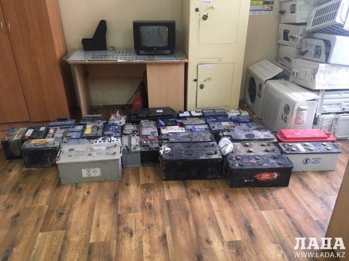 Четверых жителей Мунайлинского района обвинили в краже аккумуляторов