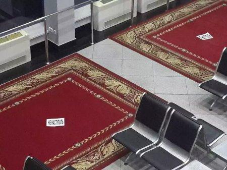 В соцсетях гадают, зачем в аэропорту Алматы постелили ковры, на которые нельзя наступать