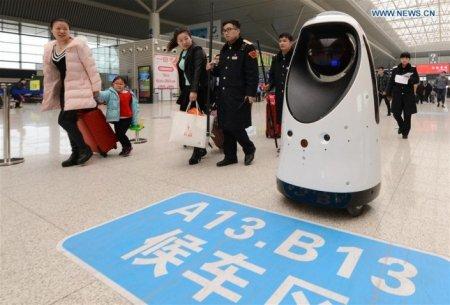Первый робот-полицейский приступил к службе на вокзале Китая