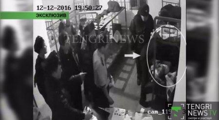 """КНБ обнародовал видео самоизбиения в СИЗО лидера ОПГ """"4 брата"""" Еркина Избасара"""