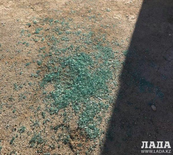 Неизвестные в Актау разбили стекла более 10 автомобилей