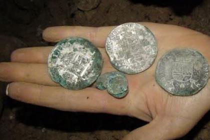 Пара из Франции нашла 3000 драгоценных монет в подвале своего дома