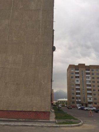 Новый скандал разгорается с жителями накренившейся многоэтажки в Алматы