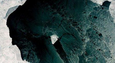 Спутник заснял необычную льдину в Каспийском море