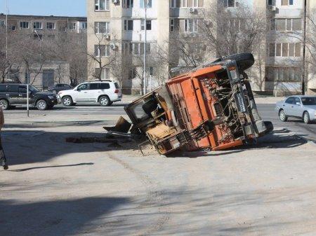 В 14 микрорайоне Актау перевернулся автокран