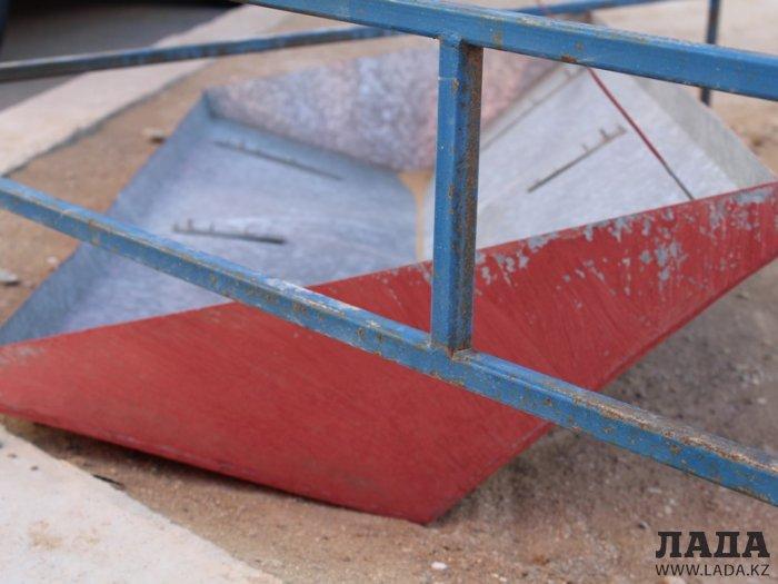 В Актау упавший с крыши козырек вентиляционного люка повредил припаркованный у дома автомобиль