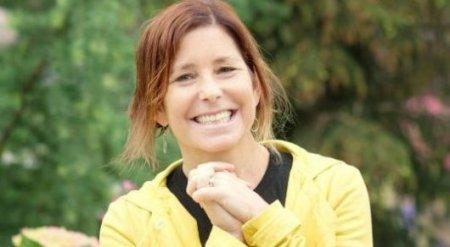 Умирающая от рака писательница решила найти жену своему мужу