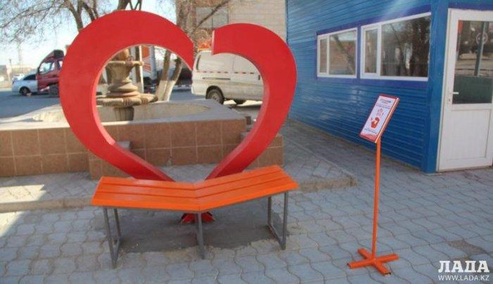 На набережной Актау установили скамейку для влюбленных