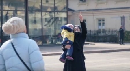 В Алматы прохожим женщинам дарили цветы с неба