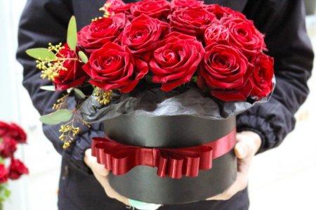 Воры в ночь на 8 марта украли все розы из цветочного магазина в Риге