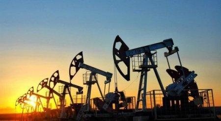 Цена на нефть рухнула ниже 52 долларов за баррель