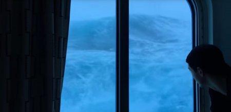 """""""Мы не хотим умирать!"""" Пассажиры круизного лайнера сняли удары 9-метровых волн"""