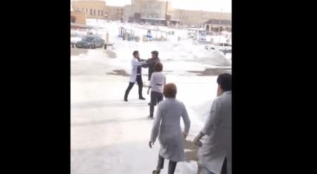 Конфликт между медбратом и посетителем поликлиники в Астане попал на видео