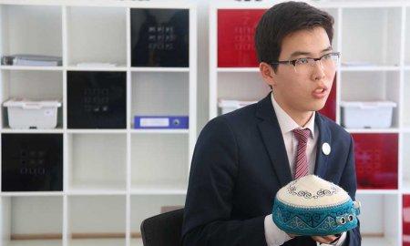 В Актау старшеклассник придумал и собрал тюбетейку для слабовидящих