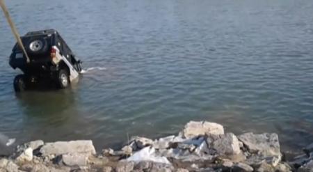 Появилось видео падения внедорожника в реку в Усть-Каменогорске