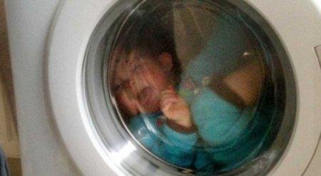 """Шокирующий """"эксперимент"""": Родители попробовали """"укачать"""" ребенка в стиральной машине"""