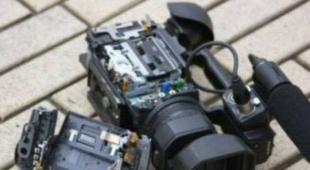 Телеоператора избили на похоронах мужчины, захватившего заложницу в Актобе