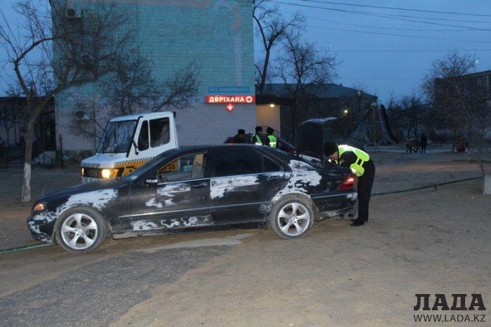 При попытке к бегству в Актау задержали водителя и пассажиров автомобиля Mercedes