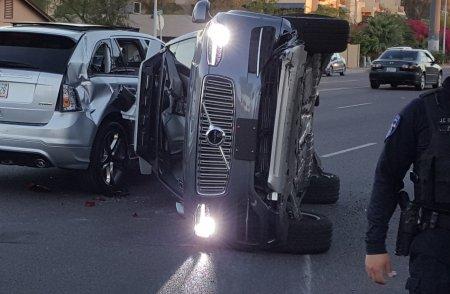 Uber приостановила испытания беспилотных автомобилей после аварии