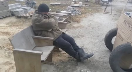 Уснувшего на рабочем месте жестко разыграли коллеги