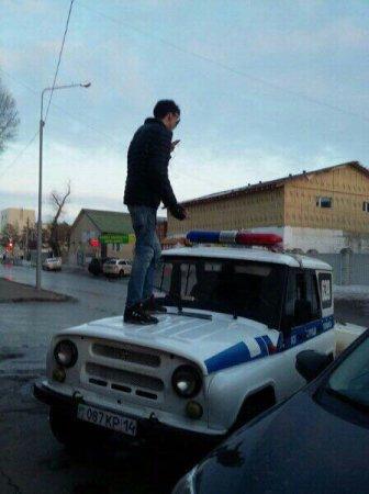 В Сети появились фото павлодарца, сделавшего селфи на крыше полицейского авто