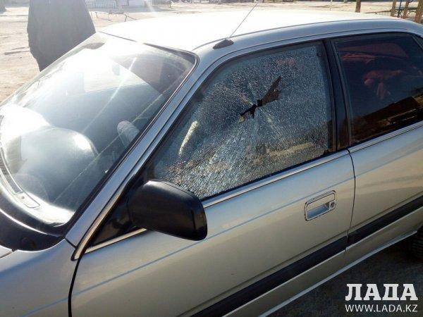 В Актау разбили стекла в двух автомобилях