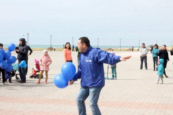 Более сотни синих шаров поднялись в небо во время флешмоба в Актау